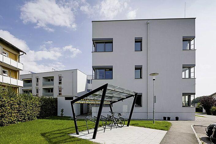 Fahrradüberdachung EDGE, einseitig, Dachbreite x Dachtiefe 3900 mm x 2500 mm, Dacheindeckung VSG, Klarglas, auftragsbezogenes Scheibendekor in der Seitenscheibe, mit Anlehnbügel EDGETYRE, Stahlkonstruktion in RAL 7016 anthrazitgrau