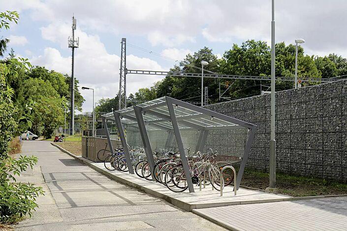 Fahrradüberdachung EDGE, einseitig, 3 Anlagen, Dachbreite x Dachtiefe 3900 mm x 2500 mm, Dacheindeckung VSG, Klarglas, auftragsbezogenes Scheibendekor in der Seitenscheibe, mit Anlehnbügel MONTANA, Stahlkonstruktion in RAL 9006 weißaluminium
