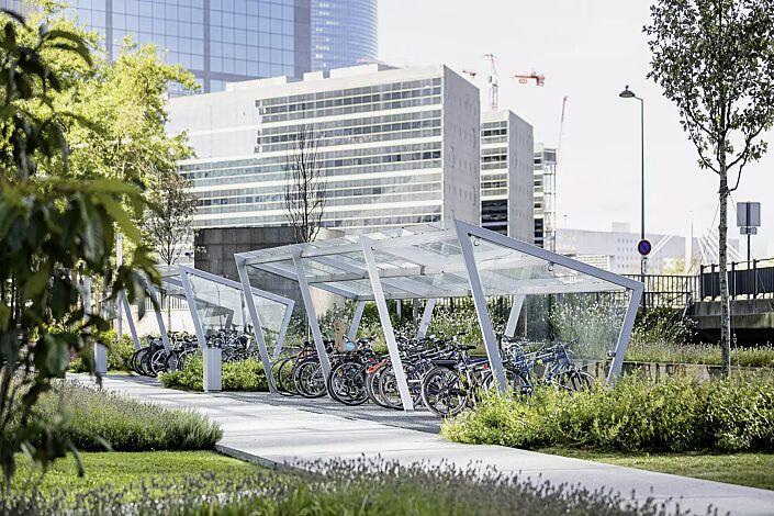 Fahrradüberdachung EDGE, einseitig, mit auftragsbezogener Anpassung, Dachbreite x Dachtiefe 11500 mm x 2500 mm, Dacheindeckung VSG, Klarglas, mit Anlehnbügel EDGETYRE, Stahlkonstruktion in RAL 9006 weißaluminium