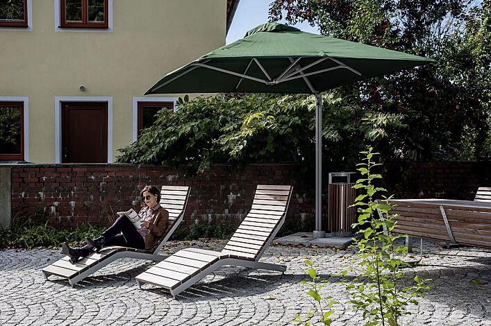 Freiarmschirm SINGLE POLE, 1 Schirm, quadratisch, zum freien Aufstellen, Fliesen bauseits, in olive green sowie Liegebank RIVAGE und Abfallbehälter DIAGONAL