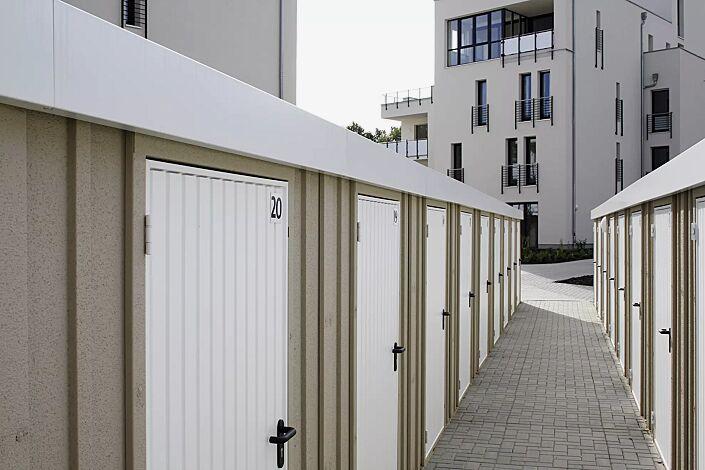 Reihenanlage Gerätehäuser CONTINENTAL, Modell 2 Attika und Türen verkehrsweiß ähnlich RAL 9016, Wandelemente mit Dekorputz braunbeige