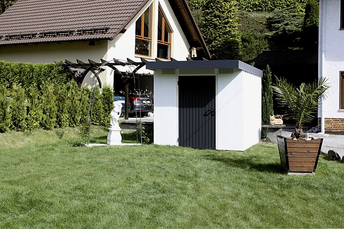Gerätehaus SKY, Modell 2, mit Pergola-Anbau (kundenseits) Wandelemente Dekorputz alpinweiß