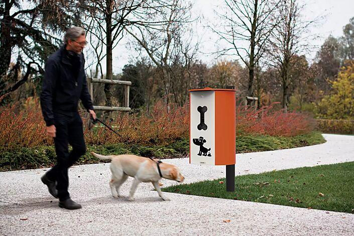 Hundetoilette MIANE DOG zum Einbetonieren, Korpus in RAL 2004 reinorange und RAL 1013 perlweiß, Pfosten in RAL 9005 tiefschwarz