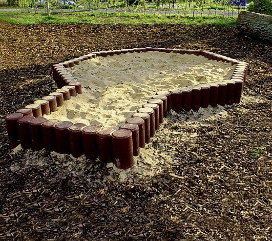 Sandkasten bestehend aus 10 Kettenelementen aus Gummigranulat