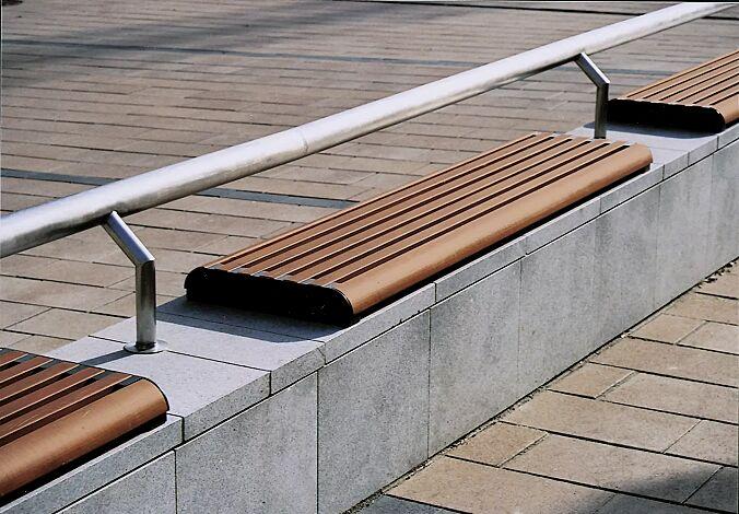 Mauerauflage FORMA einzeln, mit Jatobaholzbelattung, mit Rückenlehne aus Rundrohr (auf Anfrage), Stahlteile in RAL 7016 anthrazitgrau