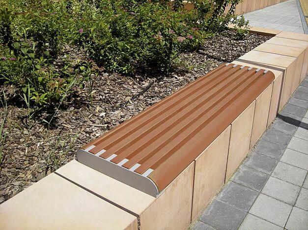 Mauerauflage FORMA einzeln, mit Jatobaholzbelattung, Stahlteile in RAL 9007 graualuminium