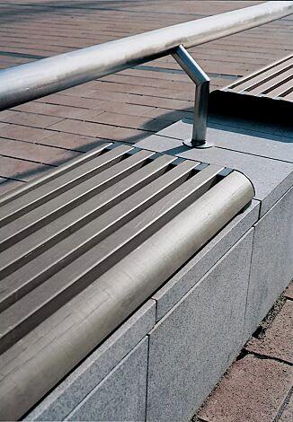 Mauerauflage FORMA - Anfangs- und Endteil, mit Kiefernholzbelattung lackiert in urban grey, mit Rückenlehne aus Rundrohr (auf Anfrage), Stahlteile in RAL 7016 anthrazitgrau<br>