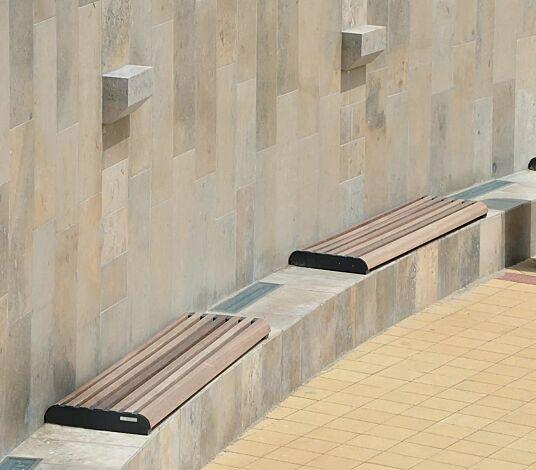 Mauerauflage FORMA einzeln, mit Jatobaholzbelattung, Stahlteile in RAL 9005 tiefschwarz
