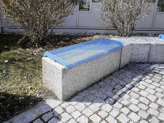 Mauerauflage LINUS, Sitzbank ohne Rückenlehne, in RAL 5015 himmelblau