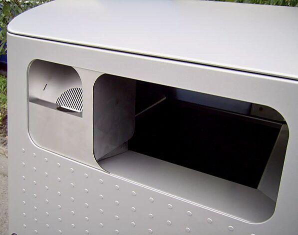 Detail: Einwurföffnung links für Asche, rechts für Abfall