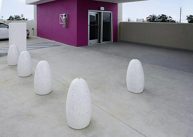Poller PLUTONE aus Beton geschliffen, in Granitoptik weiß