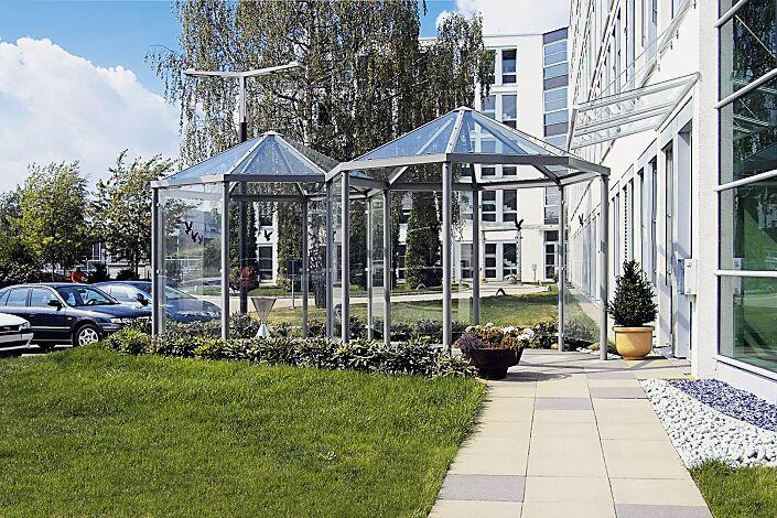 Zweier-Pavillon AQUA mit 9 Seitenwandscheiben, Seitenwandscheiben ESG Klarglas mit Raubvogelaufklebern, Dacheindeckung VSG Klarglas, Stahlkonstruktion in RAL 9007 graualuminium