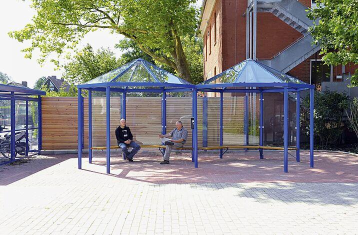 Raucherunterstand AQUA, Dachbreite x Dachtiefe 6500 mm x 3300 mm, mit Seitenwänden und Sitzbänken mit Holzbelattung, Stahlkonstruktion in RAL 5010 enzianblau