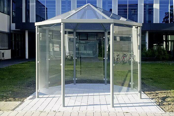 Raucherunterstand AQUARIUS, Dachbreite x Dachtiefe 3300 mm x 3300 mm, mit 7 Seitenwänden ESG, Klarglas, Stahlkonstruktion in RAL 7035 lichtgrau