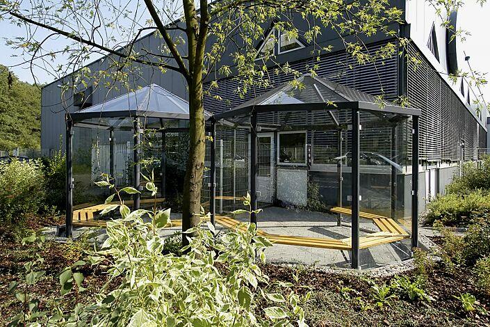 Raucherunterstand AQUARIUS, Dachbreite x Dachtiefe 6500 mm x 3300 mm, Seitenwände ESG, Klarglas, Sitzbänke mit Holzbelattung, Stahlkonstruktion in RAL 7016 anthrazitgrau