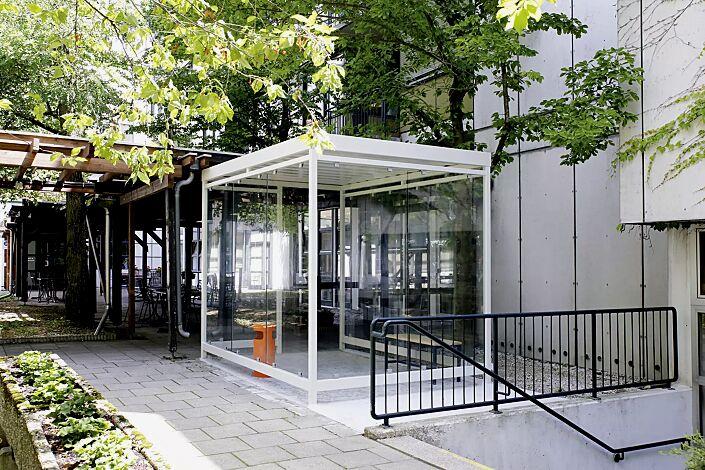 Raucherunterstand AQUILA mit auftragsbezogener Anpassung (seitlicher Zugang), Dachbreite x Dachtiefe 3180 mm x 2165 mm, mit Rück- und Seitenwänden sowie Windschutzwand, Stahlkonstruktion in RAL 9002 grauweiß