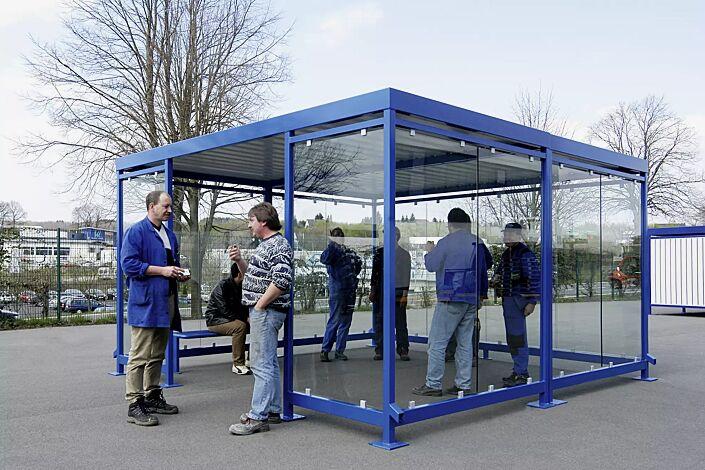 Raucherunterstand BOOTIS, Dachbreite x Dachtiefe 4195 mm x 4195 mm (auftragsbezogene Anpassung), mit Rück- und Seitenwänden sowie Windschutzwand, Stahlkonstruktion in RAL 5010 enzianblau