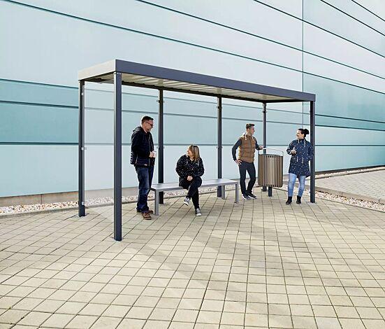 Raucherunterstand GEMALA, Dachbreite x Dachtiefe 4600 mm x 1600 mm, mit Rück- und Seitenwände ESG, Klarglas sowie Sitzbank LIGURIA und Abfallbehälter LENA, Stahlkonstruktion in RAL 7016 anthrazitgrau