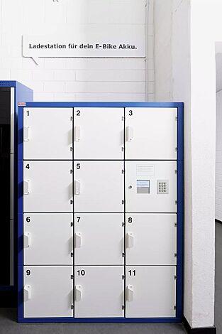 Schließfachanlage SECURE, auftragsbezogene Anpassung bestehend aus 11 Ladefächer und 1 Technikfach, Zugangsautorisierung mittels PIN-Code, Korpus in RAL 5010 enzianblau, Türen in RAL 9010 reinweiß