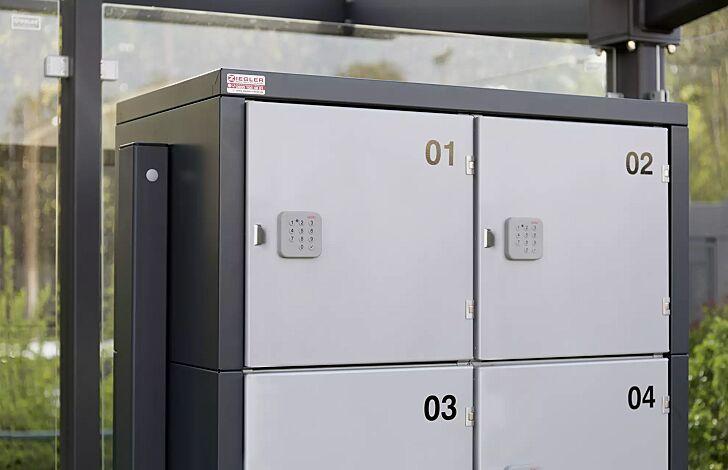 Detail: Schließfach mit PIN-Code-Schloss und Tür-Griffleiste