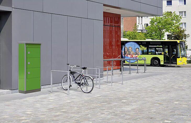 Schließfachanlage VELLA, 3 Schließfächer mit Elektroinstallation, Türöffnung durch PIN-Eingabe, Rahmen in RAL 9006 weißaluminium, Türen und Seitenelemente in RAL 6018 gelbgrün