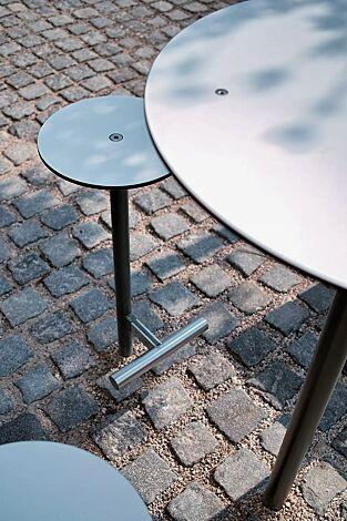 Barhocker und Stehtisch BISTROT mit HPL-Auflage in weiß, Stahlteile in RAL 9007 graualuminium