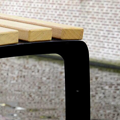 Hocker CASERTA-SENIOR mit Cumaru-Holzbelattung, Stahlteile in RAL 9005 tiefschwarz