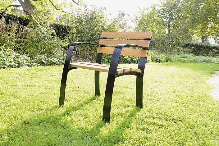 Senioren-Stuhl CASERTA mit Rückenlehne und Armlehnen, mit Cumaru-Holzbelattung, Stahlteile in RAL 9005 tiefschwarz