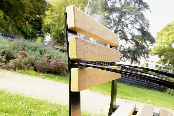 Stuhl CASERTA-SENIOR mit Rückenlehne und Armlehnen mit Cumaru-Holzbelattung, Stahlteile in RAL 9005 tiefschwarz