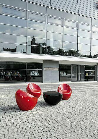 Sitze CUDDLY zum freien Aufstellen, aus Beton, in RAL 3000 feuerrot und Tisch FAMILY zum freien Aufstellen, aus Beton, in RAL 9005 tiefschwarz