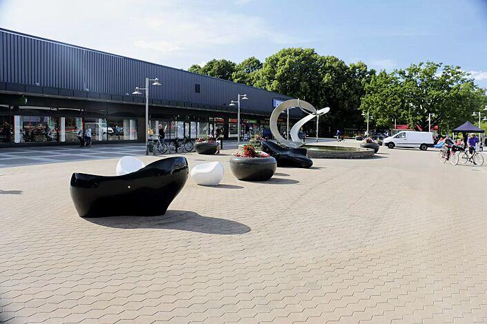 Sitz HAPPY in RAL 9010 reinweiß sowie Liegebank HARMONY, Sitz CUDDLY und Pflanzbehälter GIOVE