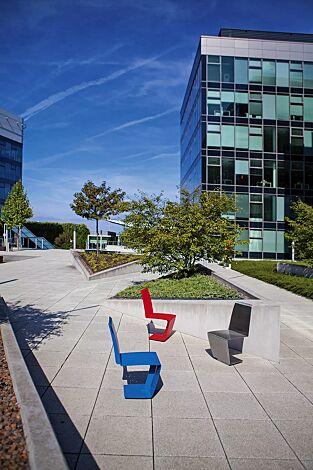Sitz HELENE in RAL 5015 himmelblau und RAL 3020 verkehrsrot sowie Edelstahl