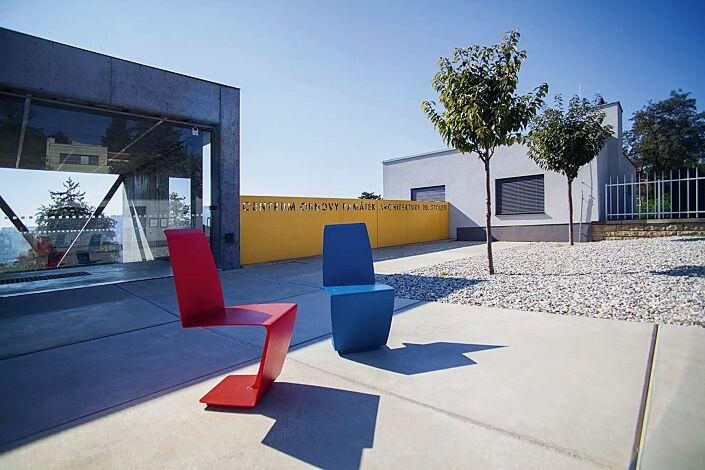 Sitz HELENE in RAL 3020 verkehrsrot und RAL 5015 himmelblau