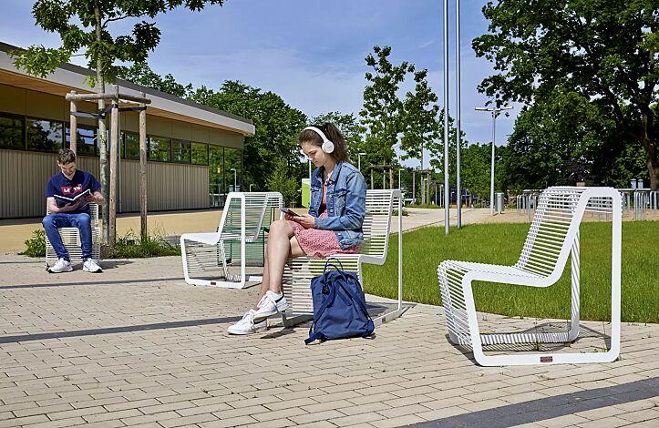"""<div id=""""container"""" class=""""container"""">Sitz LIMPIDO mit Rückenlehne, in RAL 9003 signalweiß und RAL 6024 verkehrsgrün</div>"""
