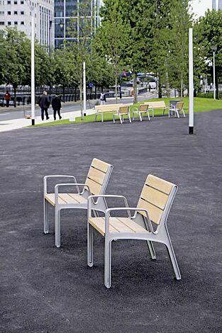Sitz MIELA mit Rückenlehne und Armlehnen, mit Robinienholzbelattung