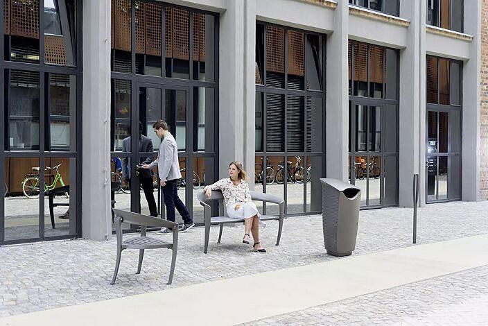 Kollektion NASTRA bestehend aus Sitz, Sitzbank, Abfallbehälter und Poller