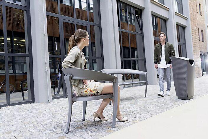 Kollektion NASTRA bestehend aus Sitz, Sitzbank und Abfallbehälter