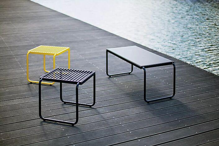 """<div id=""""container"""" class=""""container"""">Sitz STACK ohne Rückenlehne, in RAL 1021 rapsgelb und RAL 9005 tiefschwarz sowie Tisch STACK mit HPL-Auflage in schwarz, Stahlteile in RAL 9005 tiefschwarz</div>"""