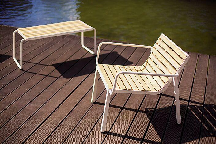 Sitz STACK mit Rückenlehne und Armlehnen sowie Tisch STACK, mit Robinienholzbelattung, Stahlteile in RAL 9010 reinweiß