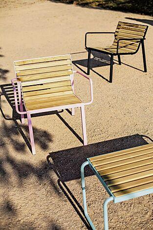 Sitz STACK mit Rückenlehne und Armlehnen sowie Tisch STACK, mit Robinienholzbelattung, Stahlteile in RAL 3015 hellrosa, RAL 6027 lichtgrün und RAL 9005 tiefschwarz