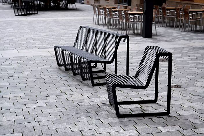 Sitz und Sitzbank LIMPIDO mit Rückenlehne, in RAL 9005 tiefschwarz