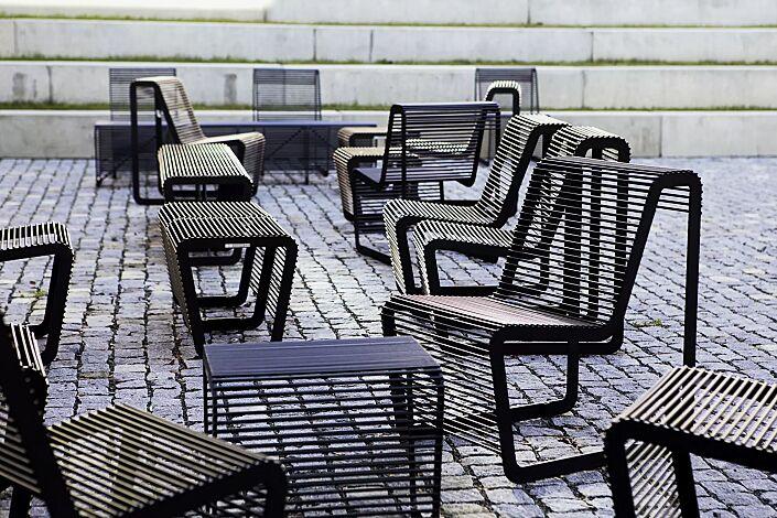 Sitze und Sitzbank LIMPIDO mit und ohne Rückenlehne, in RAL 9005 tiefschwarz