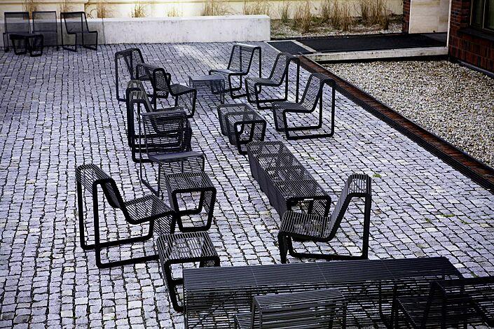 Sitze und Sitzbänke LIMPIDO mit und ohne Rückenlehne, in RAL 9005 tiefschwarz