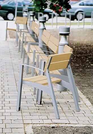 Sitz VERA mit Rückenlehne und Armlehnen, mit Robinienholzbelattung, Stahlteile in RAL 9007 graualuminium.