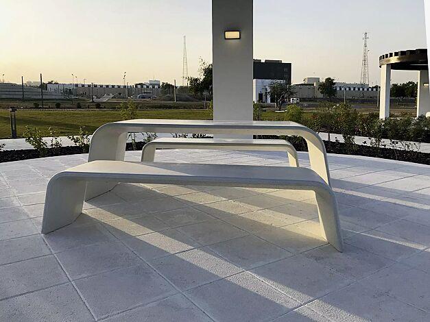 Sitzbank ALBA aus UTC®-Beton, in weiß und Tisch AURORA