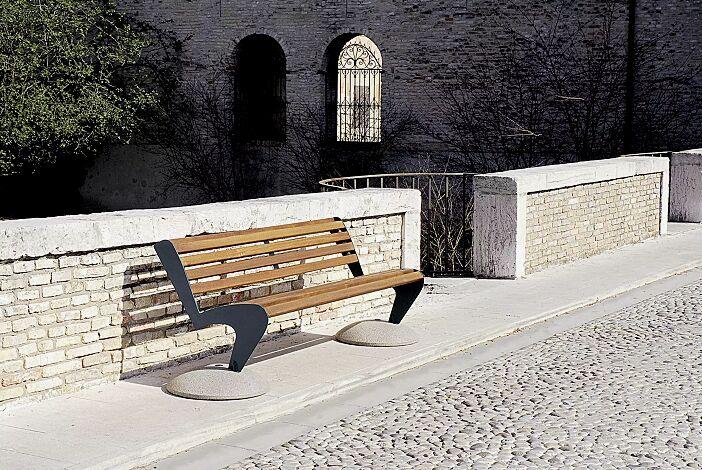 Sitzbank ALBATROS mit Rückenlehne, mit Holzbelattung und Füßen aus Beton, Stahlteile in RAL 7016 anthrazitgrau