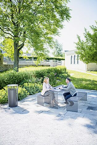Kollektion ANZIO bestehend aus Sitzbank, Sitz, Tisch und Abfallbehälter, in eisenglimmergrau