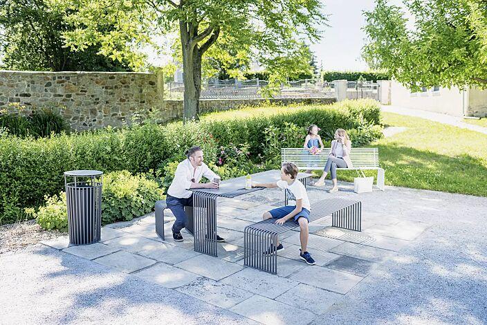 Kollektion ANZIO bestehend aus Sitzbänken, Sitz, Tisch und Abfallbehälter, in eisenglimmergrau