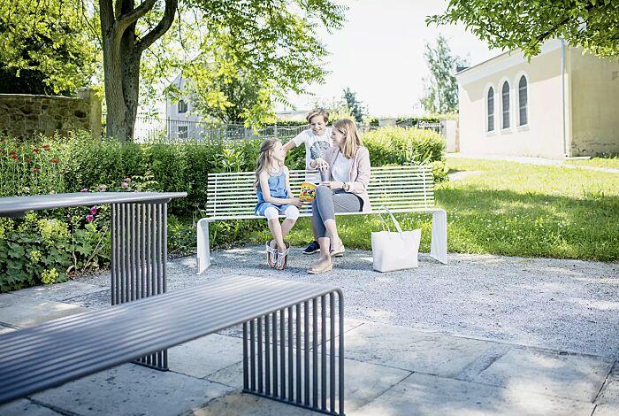 Sitzbank und Tisch ANZIO, in eisenglimmergrau bzw. in RAL 9003 signalweiß