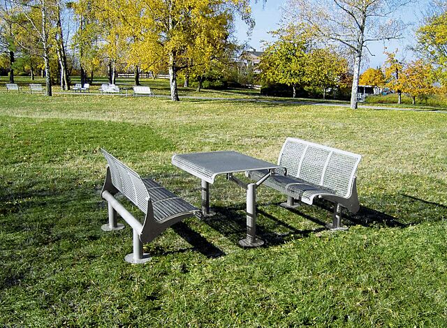 Sitzbänke ASTI mit Rückenlehnen, in RAL 9007 graualuminium